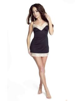 modelka w czarnej koszulce nocnej