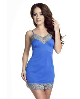 modelka w niebieskiej koszulce nocnej