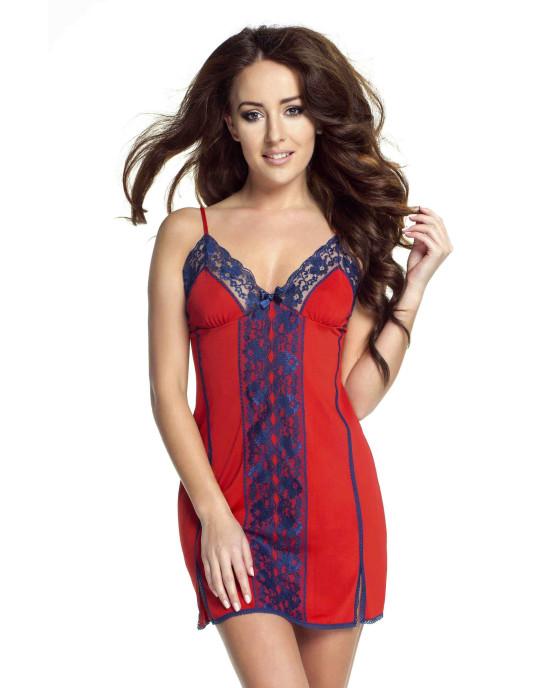 modelka w czerwono-niebieskiej koszulce nocnej